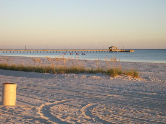 Hampton Inn Biloxi: Beach area across from hotel
