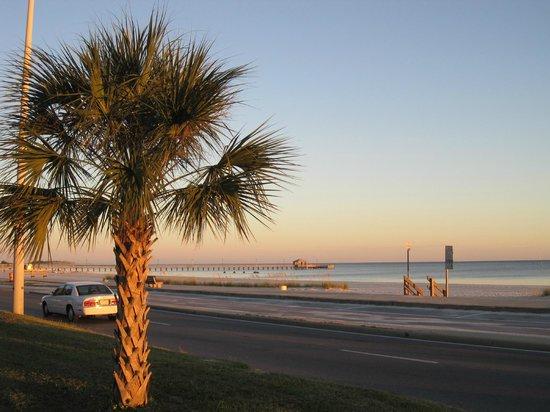 Hampton Inn Biloxi : Beach area across from hotel