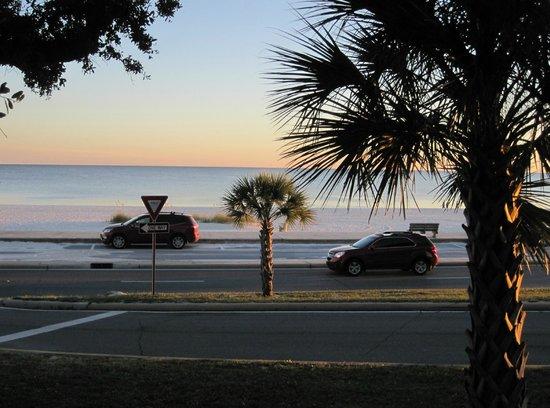 Hampton Inn Biloxi : View from front of hotel