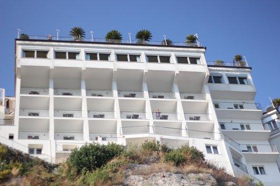 Lloyd's Baia Hotel: Отель, вид с пляжа