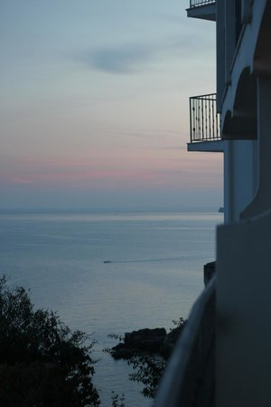 Lloyd's Baia Hotel: Вид из номера, пляж и  море
