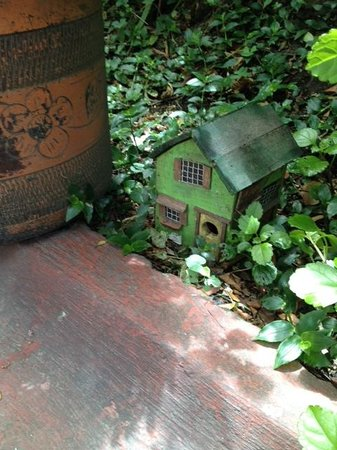 Niza Norte Apartahotel: Cute birdhouse hiding in the garden