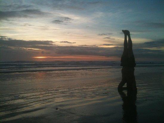 Shaka Beach Retreat : Sunset beach headstand