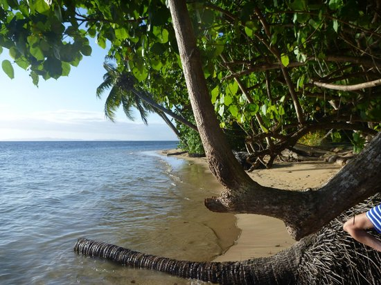 Matangi Private Island Resort: Main beach outside bure at high tide