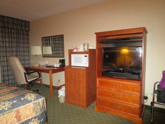 Ramada London: Guest room mini fridge, microwave & TV