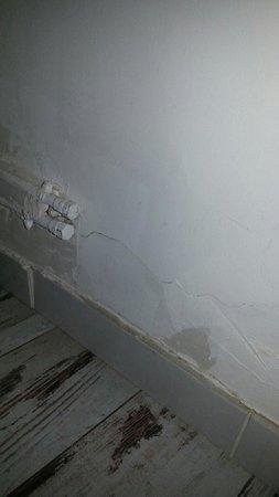 Chanteclair : Chambre à coucher (peinture murs écaillée)