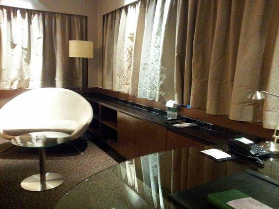 PARKROYAL Kuala Lumpur: Executive work desk, Minibar