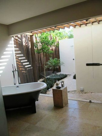 Rosewood Mayakobá: Bathroom looking to outdoor shower with little gaps in fence :-(