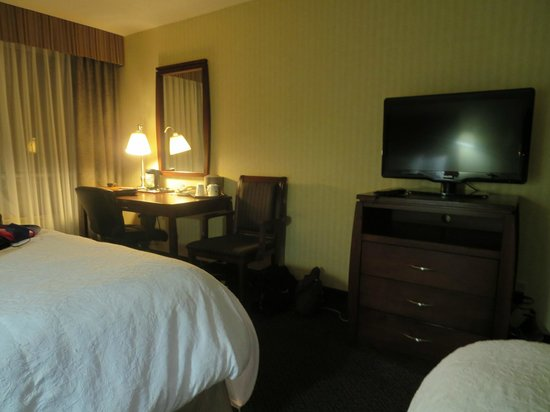 Hampton Inn by Hilton Niagara Falls-North Of The Falls : Desk & TV