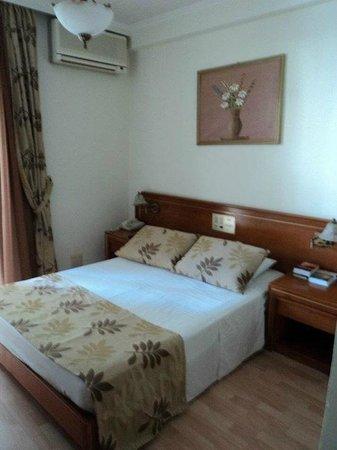 Jo-An Palace Hotel: кровать в номере даже при одноместном размещении - двухспальная
