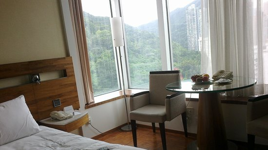 L'hotel Causeway Bay Harbour View : My favorite room with the Hill view window
