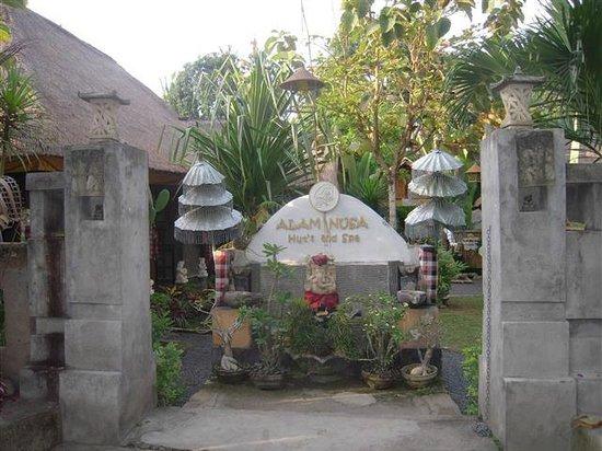 Alam Nusa Huts and Spa: Alam Nusa Huts entrance