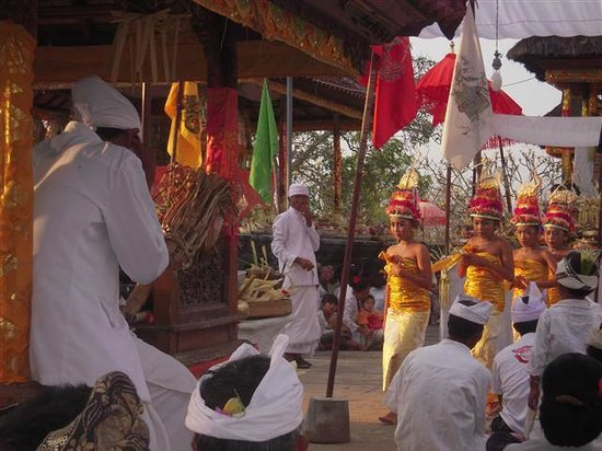 Alam Nusa Huts and Spa: Temple Ceremony