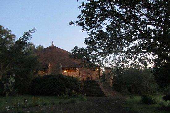 Eco-Omo Lodge: the amazing building of the restaurant at sunrise