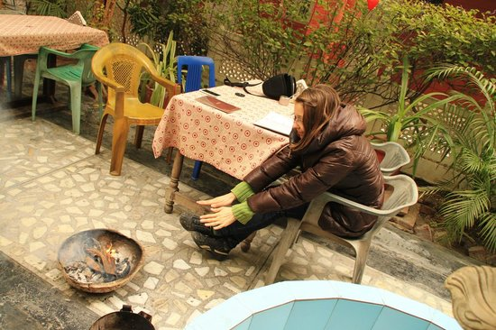 Tourists Rest House: Ресторанчик во дворе, греюсь за завтраком