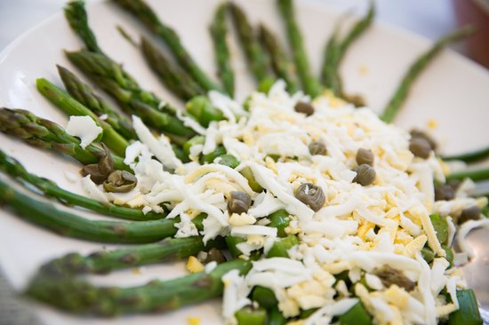 Tin Roof Cafe: Asparagus, egg and capers