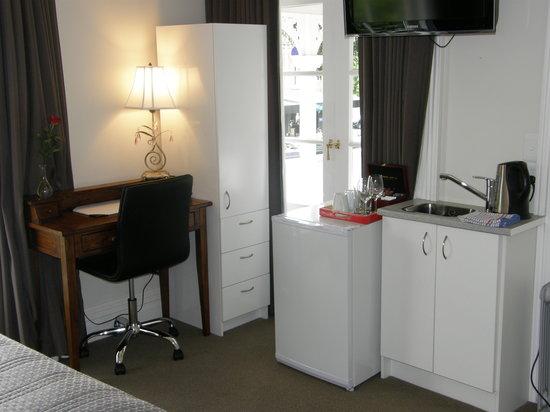 Red Monkey Ponsonby Manor: Premium Queen Desk