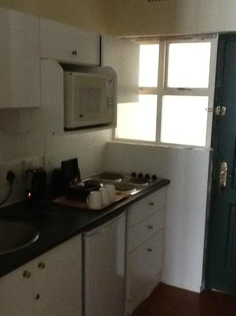Best Western Cape Suites Hotel: Kitchen area with window without curtain