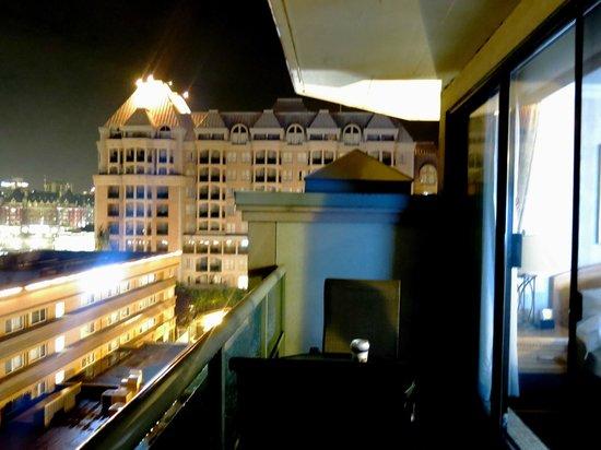 BEST WESTERN Plus Inner Harbour : Queen Corner Room  - Balcony View 1