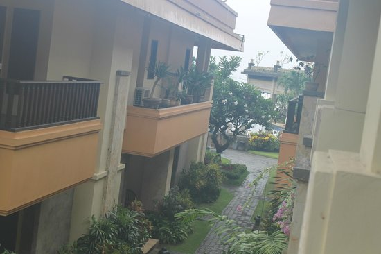 Pelangi Bali Hotel : Здание с номерами( катакомбы)