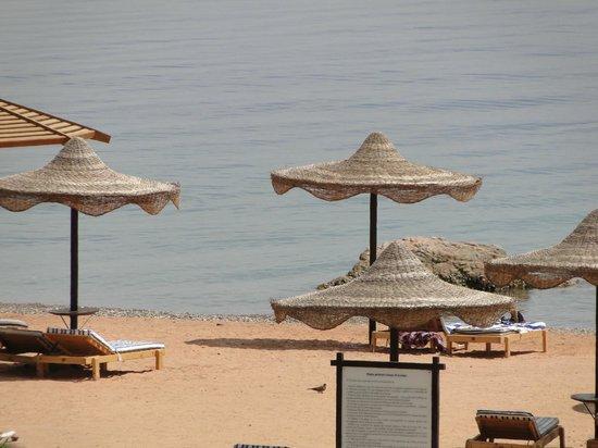 Movenpick Resort Taba Hotel : Вид на пляжс балкона номера