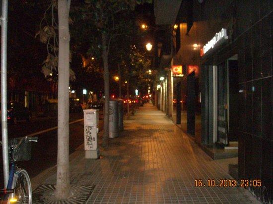 Nisia Bed & Breakfast : Carrer Gran de Gracia the night we arrived