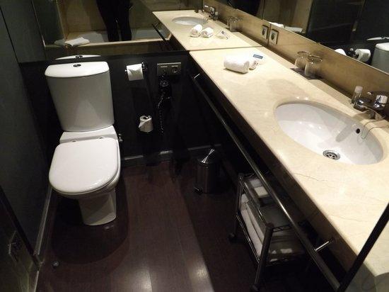 AC Hotel Som: RM 907 Bathroom