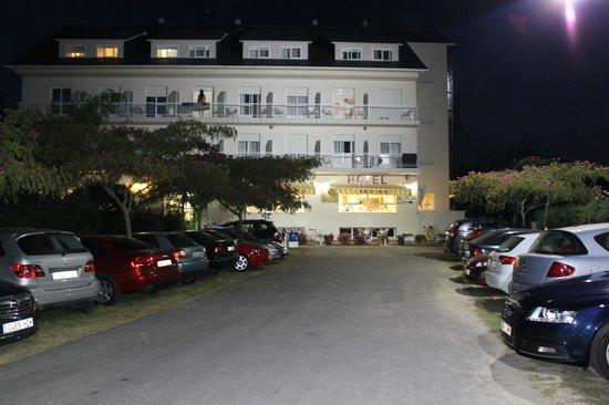 Arco Iris: Fachada principal del hotel, vista desde la playa