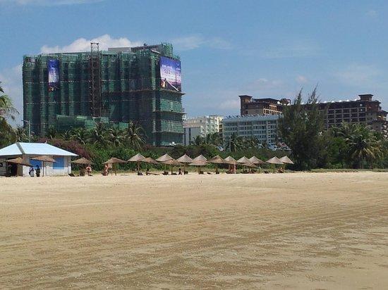 Leaguer Resort Sanya Bay: Лежаки на пляже