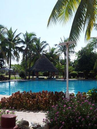 Leaguer Resort Sanya Bay: Бассейн возле второго корпуса