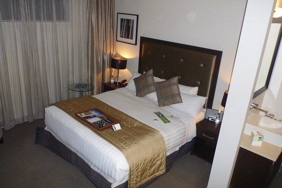 Rydges Auckland: nicely arranged bedroom area (with turndown chocolates on the bed)