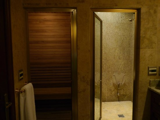 Peermont D'oreale Grande at Emperors Palace: Sauna in room