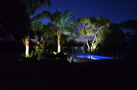 Amande Bed & Breakfast: The pool at night
