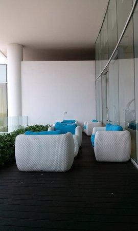 Sensa Hotel: Sofa at breakfast area