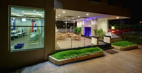 Hotel Formule1 Pune Hinjewadi: Outside Seating area