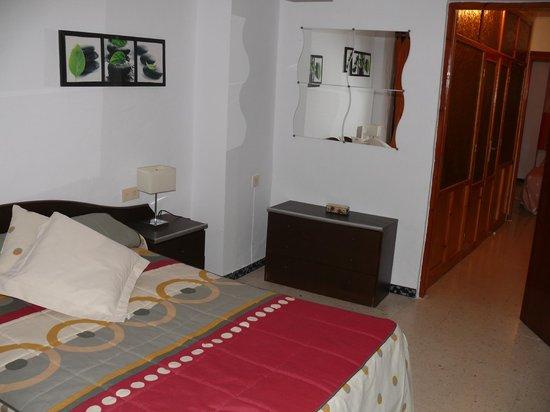 Hospederia Sol Castilla : dormitorio de cama doble con 2 balcones a la calle principal