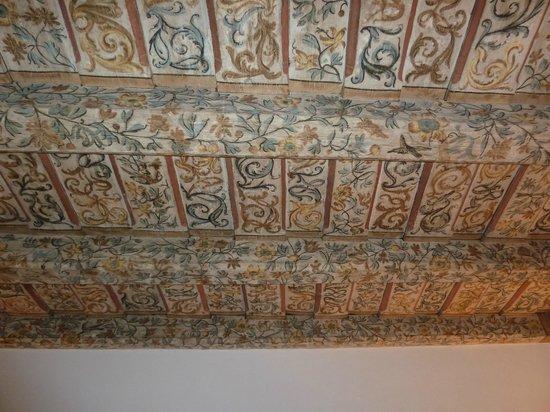 Iron Gate Hotel & Suites: Потолок в номере, красиво