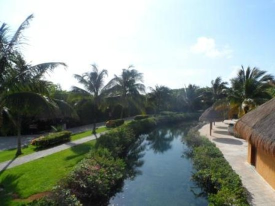 The Royal Suites Yucatan by Palladium: zona de paso con canoas del lago
