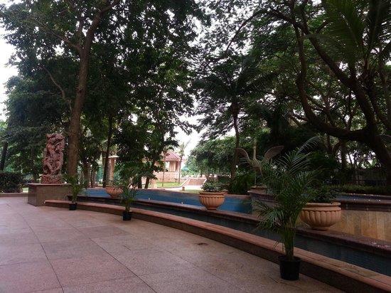 Lakeside Chalet, Mumbai - Marriott Executive Apartments: Apartment Garden & Pool Area