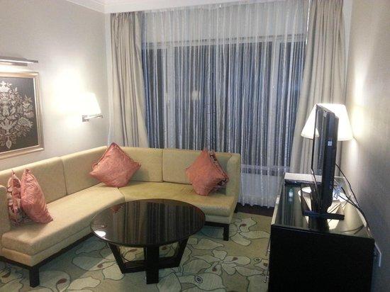 Lakeside Chalet, Mumbai - Marriott Executive Apartments: Apartment Living Room