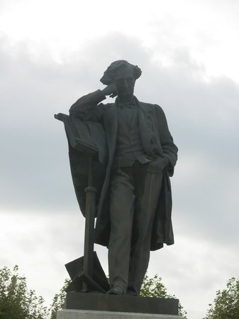 Musée Hector Berlioz : Berlioz, statue en ville.