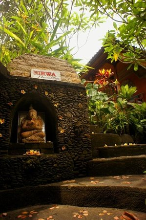 Nirwa Ubud Homestay: path down to the dinning area