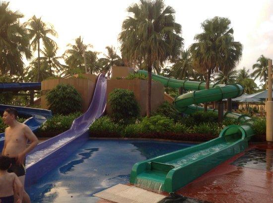 แชงกรีลาส์ ตันจุง อารู รีสอร์ท แอนด์ สปา: J&M-1stWA@TAH-Fun Water Slides, especially the Green one!