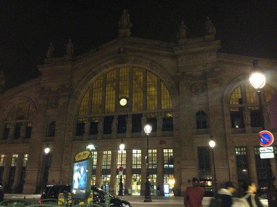 Mercure Paris Terminus Nord: a estação vista da porta do hotel