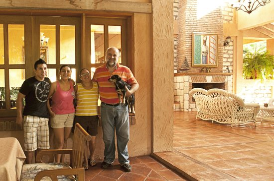 La Villa de Soledad B&B: John Soledad y familia