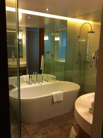 Swissotel Krasnye Holmy Moscow: Ванная со стеклянной дверью