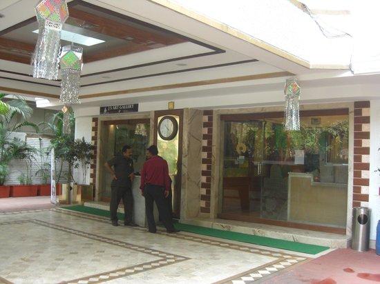 Hotel Regal Enclave: Main entrance