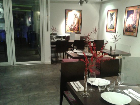 Le Marceau Bastille Hotel : dining area looking to courtyard