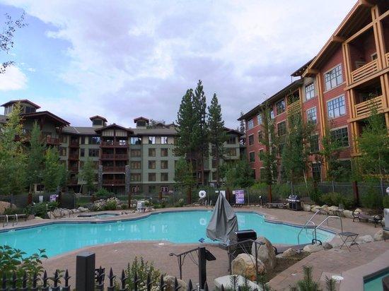 The Village Lodge: Nice pool area.