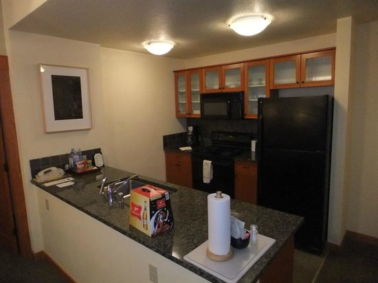 The Village Lodge : Good equipped kitchen area.